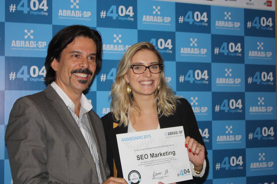 Daniela Fávero recebeu o certificado oficial de agência associada à entidade